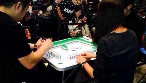 澳大利亚:在澳中国人边打麻将边等买iphone6