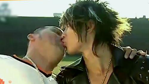 汪东城被迫亲吻男生